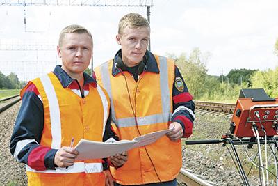Мастер участка дефектоскопии Андрей Гинь (слева) и оператор дефектоскопной тележки Павел Макей