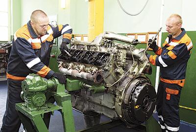 Слесари Сергей Деянов и Вадим Рабковский