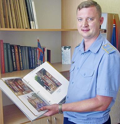 Начальник станции Дмитрий Ждан демонстрирует книгу об истории Дубицы