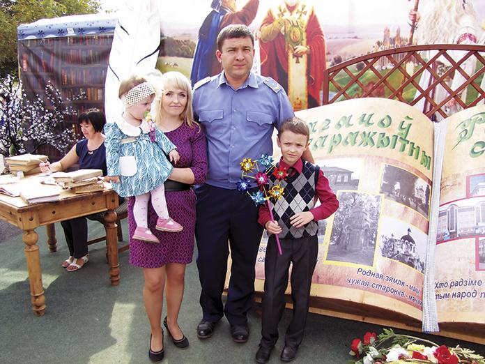 Сям'я чыгуначнікаў Буднікавых падчас Дня беларускага пісменства