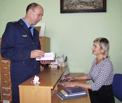 Библиотекарь Ольга Макаренко за выдачей книг