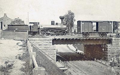 Мост, сооруженный при строительстве Либаво-Роменской железной дороги в Минске. Рельсы под мостом предназначены для конки. 1890-е годы