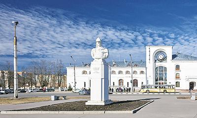 Памятник Александру Невскому и здание железнодорожного вокзала