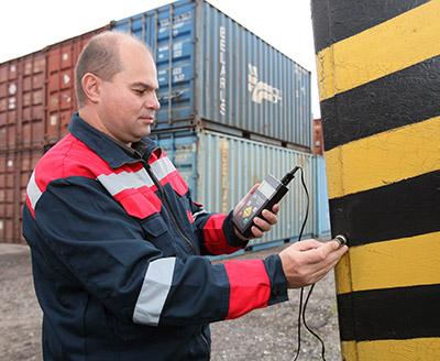 Инженер Александр Апёнок проводит измерение толщины металлоконструкции крана ультразвуковым толщиномером
