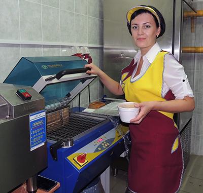 Повар Юлия Федотова упаковывает обеды, используя технологию шокового охлаждения