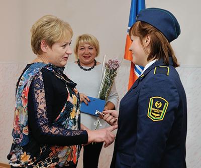 Марина Смоленкова передает символический ключ от вагона Надежде Коломеец