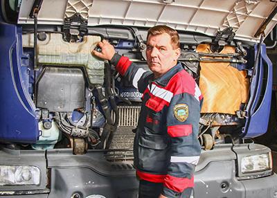 Водитель Юрий Салейко готовит автомобиль к техосмотру