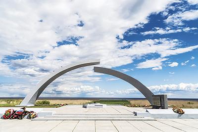 """Мемориал """"Разорванное кольцо"""" открыт на западном берегу Ладожского озера в 1966 году"""