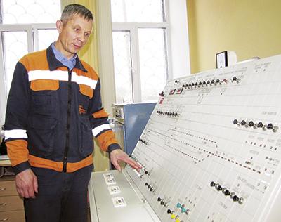 Начальник участка Дмитрий Маркевич проверяет работу нового пульт-табло