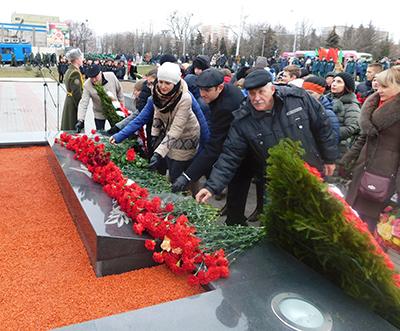 """Работники локомотивного депо Гомель возложили цветы к мемориальному комплексу """"Аллея Героев"""""""